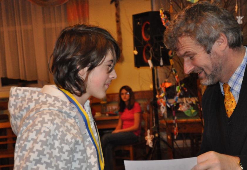 Przemysław Bąk, odbiera nagrodę za zwycięstwo w kategorii młodszej.jpeg