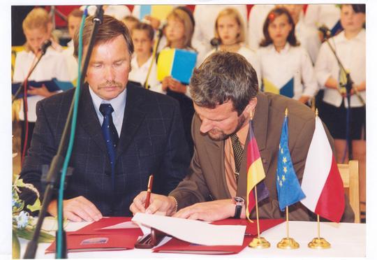 Umowę partnerską podpisuje Wójt Gminy Turawa Waldemar Kampa