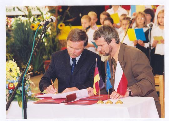 Dokument partnerstwa podpisuje Burmistrz Wolfgang Peter
