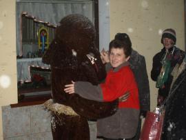 Gospodyni podczas tańca z niedźwiedziem.jpeg
