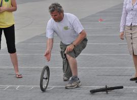 gra w kręgle kołem od roweru, rzuca Wójt Gminy Turawa
